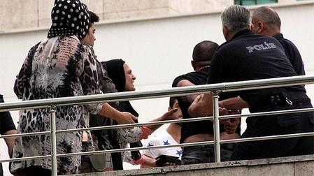 Cinayet davası öncesi adliye önünde silahlı kavga