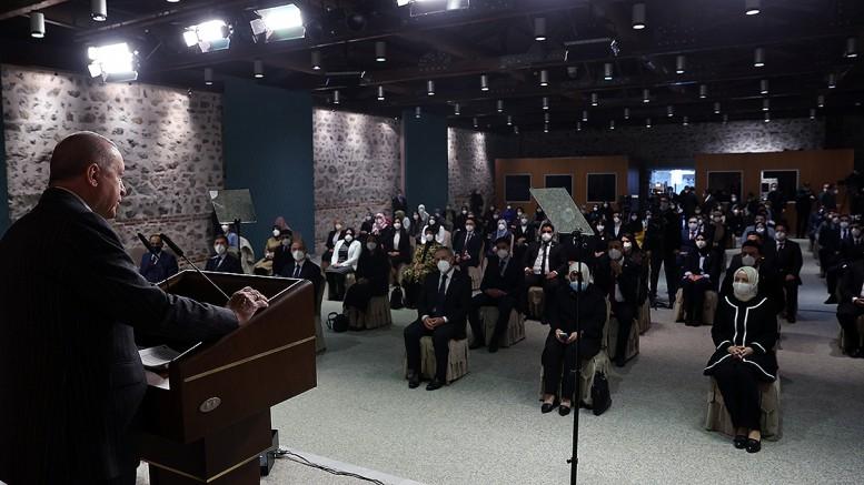 Cumhurbaskani Dolmabahçe Ofisi'nde Uluslararası Demokratlar Birliği (UID) Kadın Kolları ve Gençlik Kolları MKYK üyelerini kabul etti